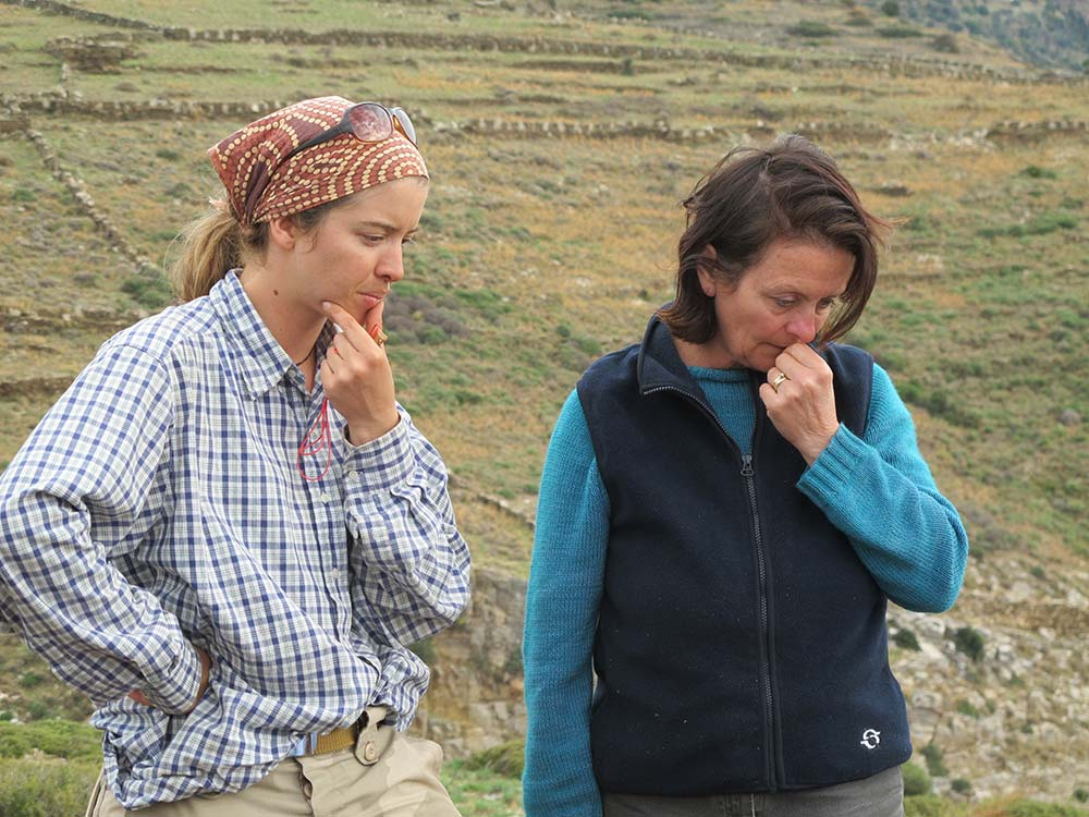 Kristen Mann consults with Dr Lesley Beaumont about progress on test trench 1